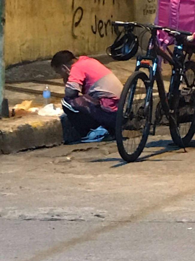 Delivery rider kumakain sa gilid ng kalsada, umantig sa damdamin ng mga netizens